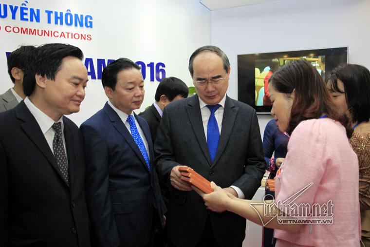 Chủ tịch Ủy ban Trung ương mặt trận Tổ quốc Việt Nam Nguyễn Thiện Nhân thăm gian trưng bày Toàn cảnh báo chí Việt Nam 2016