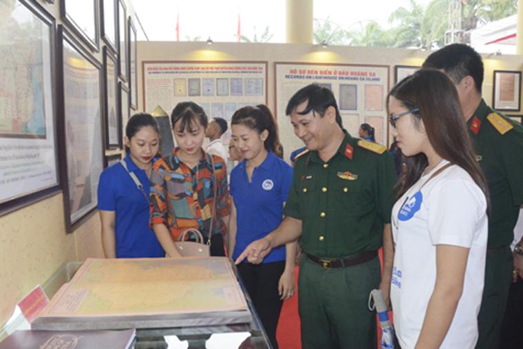 Triển lãm thu hút đông đảo cán bộ, chiến sỹ và các sinh viên tham quan tại buổi khai mạc