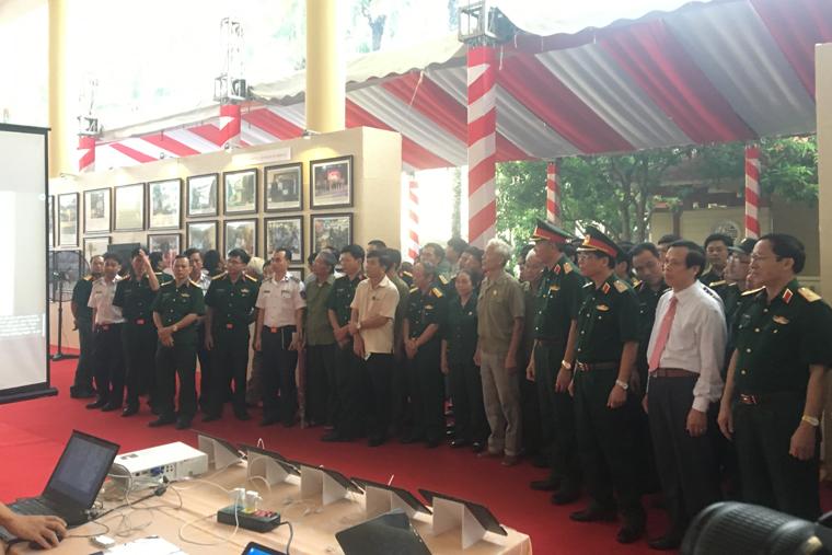 Các đại biểu tham quan khu triển lãm bằng công nghệ 3D