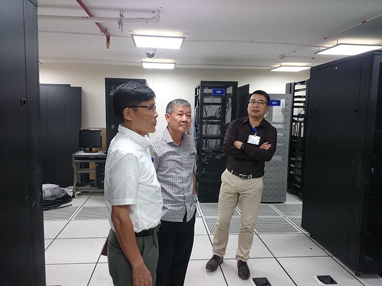 Thứ trưởng Nguyễn Thành Hưng thăm phòng máy chủ tại trụ sở Bộ Thông tin và Truyền thông