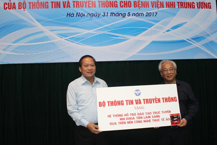 Bộ trưởng trao tặng Hệ thống hỗ trợ đào tạo trực tuyến Nhi khoa tiền lâm sàng dựa trên nền công nghệ thực tế ảo cho Lãnh đạo Bệnh viện Nhi TW