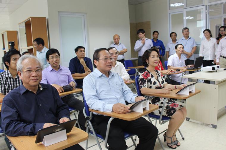 Bộ trưởng và Ban Giám đốc Bệnh viện Nhi Trung ương trải nghiệm hệ thống đào tạo trực tuyến