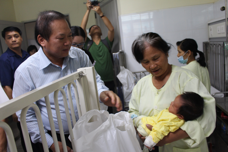 Bộ trưởng Trương Minh Tuấn tặng quà bệnh nhân gặp nhiều khó khăn đang điều trị tại Bệnh viện Nhi TW