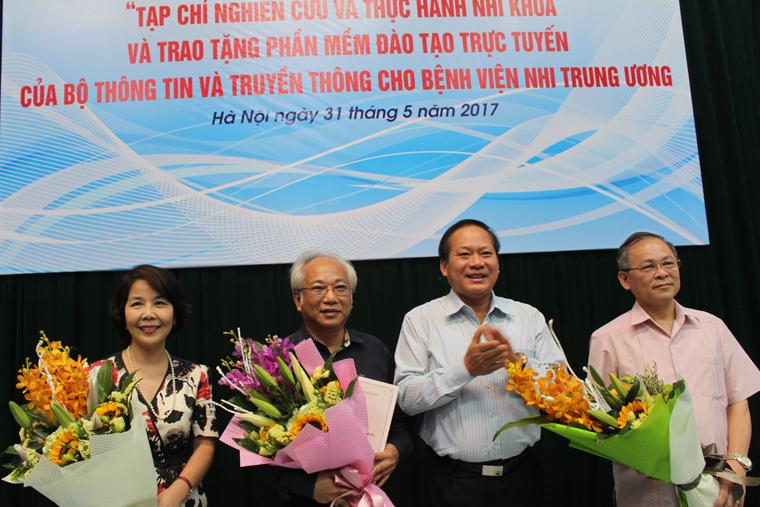 Bộ trưởng Trương Minh Tuấn trao Giấy phép hoạt động và tặng hoa Ban Lãnh đạo Tạp chí nghiên cứu và thực hành Nhi khoa