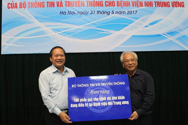 Bộ trưởng Trương Minh Tuấn trao 100 suất quà cho bệnh nhi khó khăn đang điều trị tại Bệnh viện Nhi Trung ương