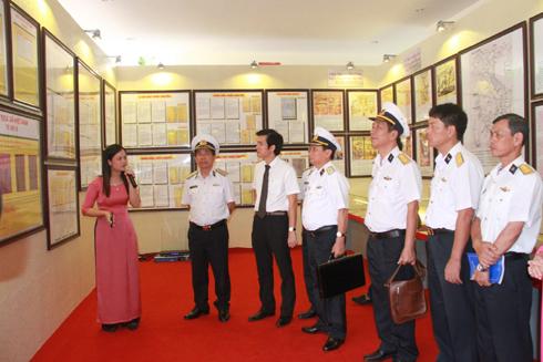 Các đại biểu xem Triển lãm