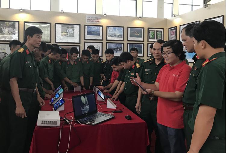Thứ trưởng Hoàng Vĩnh Bảo và cán bộ, chiến sĩ Quân khu I trải nghiệm công nghệ thực tế ảo (3D)