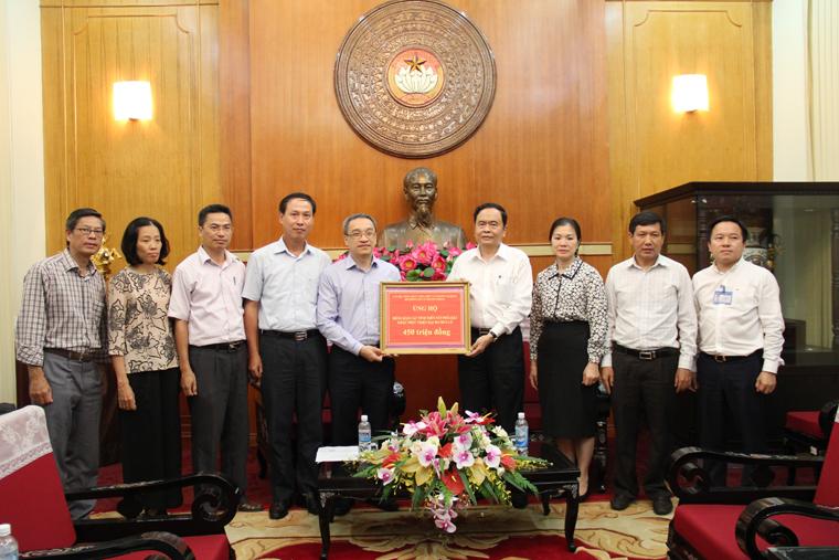 Thứ trưởng Bộ TT&TT Phan Tâm trao số tiền 450 triệu đồng ủng hộ các tỉnh trung du, miền núi Bắc Bộ cho Ủy ban Trung ương MTTQ Việt Nam