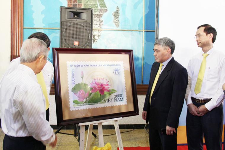 """Bộ tem """"Kỷ niệm 50 năm thành lập ASEAN (1967-2017)"""" của Việt Nam do họa sĩ Tô Minh Trang thiết kế."""