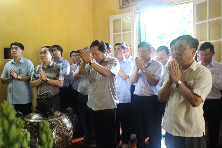 Bộ trưởng Bộ TT&TT Trương Minh Tuấn dâng hương tưởng niệm Chủ tịch Hồ Chí Minh.