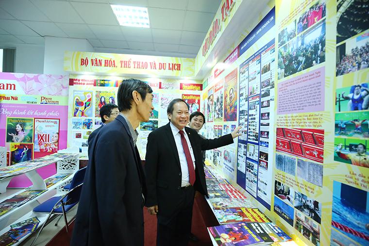 Bộ trưởng Bộ TT&TT Trương Minh Tuấn thăm quan các gian hàng tại Hội báo.