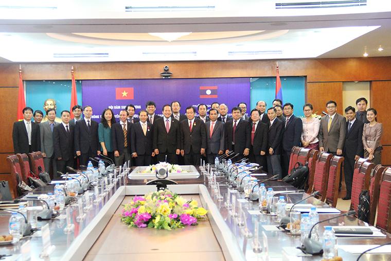 Đoàn đại biểu Bộ TT&TT Việt Nam và Bộ Bưu chính và Viễn thông Lào chụp ảnh lưu niệm