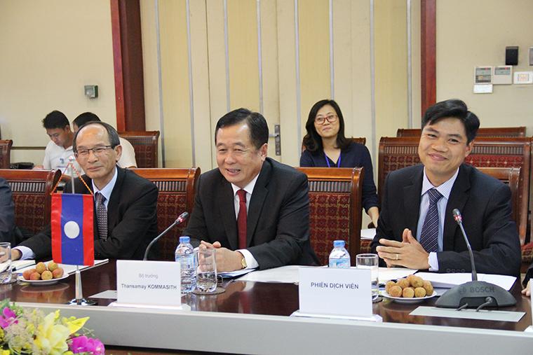 Bộ trưởng Bộ Bưu chính và Viễn thông Lào Thansamay Kommashith (ngồi giữa) phát biểu tại buổi Hội đàm