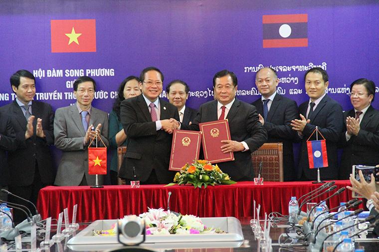 Bộ trưởng Bộ TT&TT Trương Minh Tuấn và Bộ trưởng Bộ Bưu chính và Viễn thông Lào Thansamay Kommashith ký kết Kế hoạch triển khai thỏa thuận hợp tác giữa Bộ TT&TT Việt Nam và Bộ Bưu chính và Viễn thông Lào