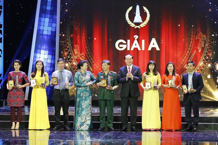 Chủ tịch nước Trần Đại Quang và Chủ tịch Quốc hội Nguyễn Thị Kim Ngân trao giải A cho các tác giả, nhóm tác giả