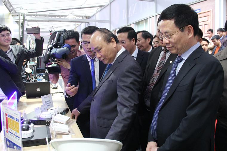 15-1--2019-6-Thủ-tướng-Nguyễn-Xuân-Phúc-thăm-gian-hàng-giới-thiệu-sản-phẩm-IoT-của-MobiFone.jpg