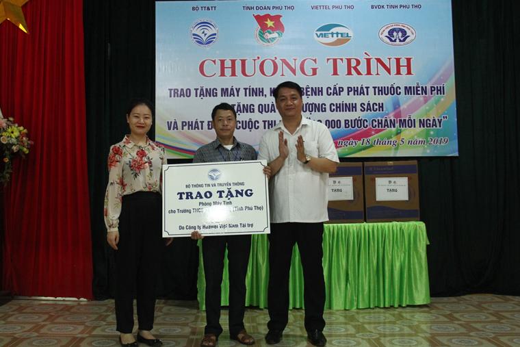 Bộ TT&TT tặng phòng máy tính cho trường học và khám bệnh cho đối tượng chính sách tại xã Mỹ Lương