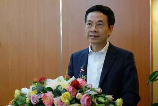"""Bộ trưởng Nguyễn Mạnh Hùng: """"Bằng cách nhắn tin ủng hộ qua đầu số 1407, chúng ta đã chung tay góp sức khiến cho Việt Nam mạnh lên để chống dịch. Những giọt nước nhỏ sẽ tạo nên biển lớn"""""""