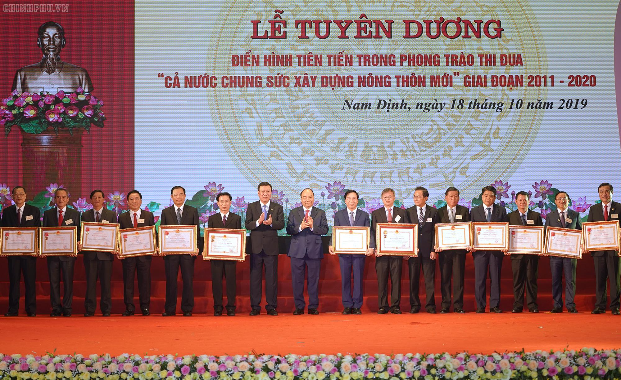 Thu-tuong-trao-HC-Doc-Lap-va-HC-lao-dong-cho-cac-tinh-thanh-pho-truc-thuoc-TW-ban-bo-nganh-doan-the-TW-.jpg